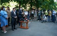 Зеленский вручил сертификаты на новые квартиры пострадавшим от взрыва на Позняках