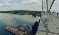 Строители монтируют шумозащитные барьеры и опоры освещения на Подольском мосту