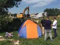 Противники строительства новой дороги останавливают технику и разбивают палатки