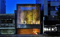 За стеклом: в Японии построили дом из стеклянных кирпичей