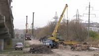Рабочие готовят основу для строительства будущей дороги через «Барабашово»
